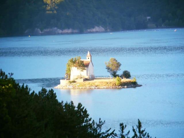 Chapelle Saint Michel au milieu du lac