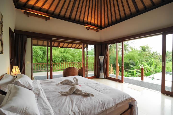 Eastroom facing pool and have a balcony viewing bamboo woods and small ravine 东房面对泳池,有个阳台观赏竹林和小山沟。