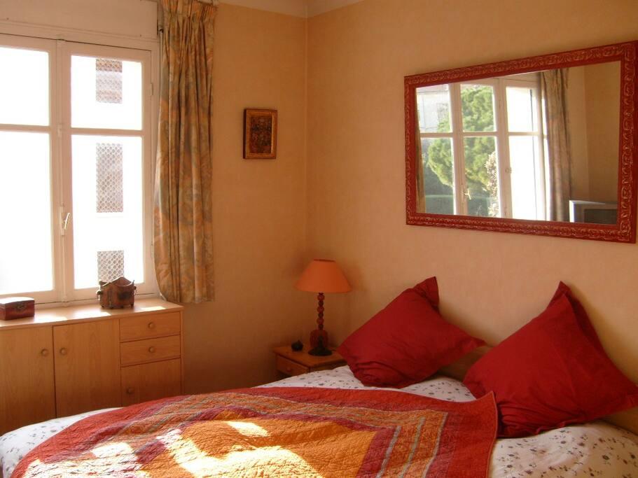 Chambre avec lit 160 aux couleurs gaies.