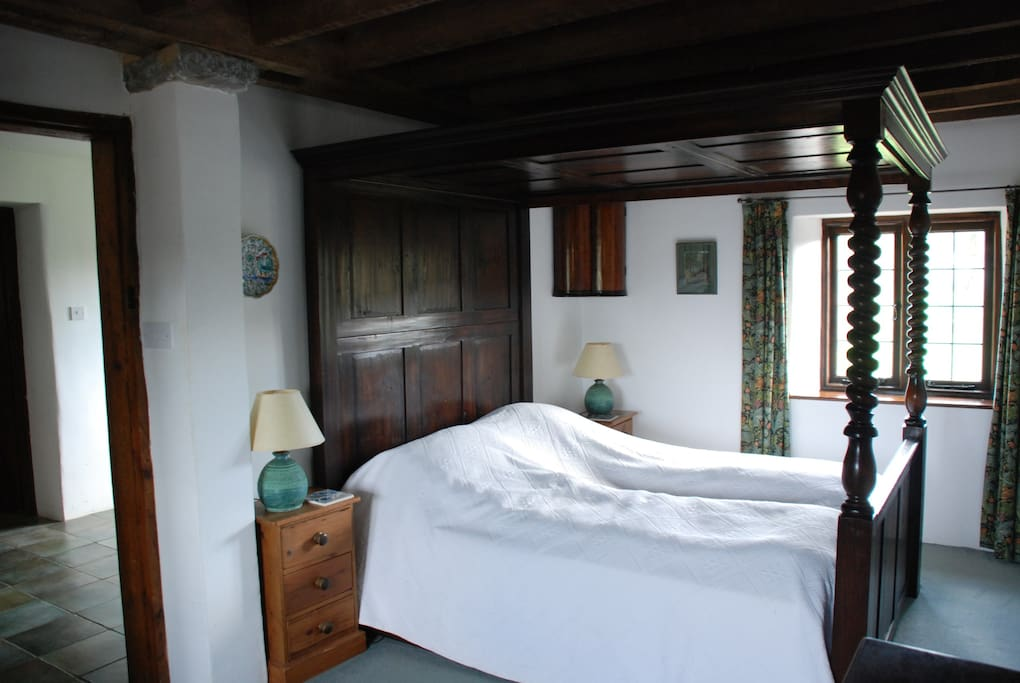 Large traditional 4 poster bed - very comfortable!