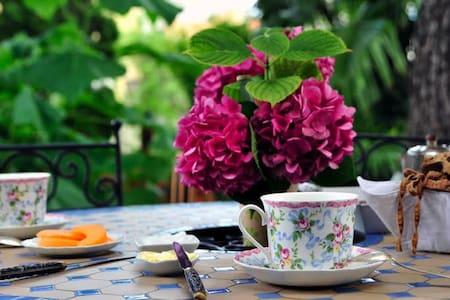 """La Mansarde """"Chez Claudie"""" - Lunel - Bed & Breakfast"""