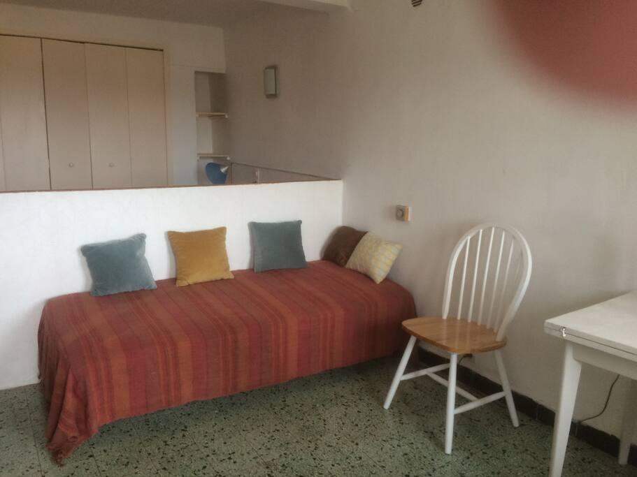 lit une place qui peut servir de canapé