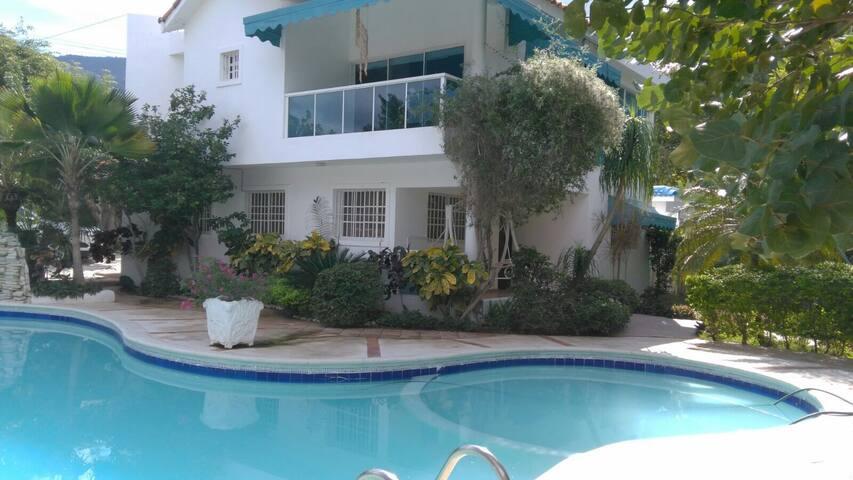 Casa para 20  frente a la playa - Playa chiquita - Haus
