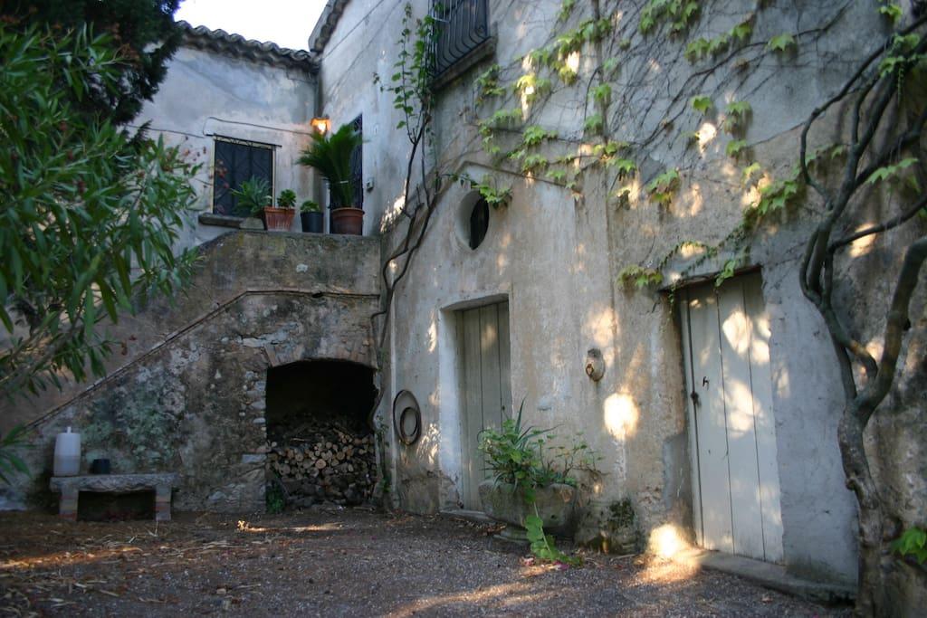 cortile con giardino e parcheggio