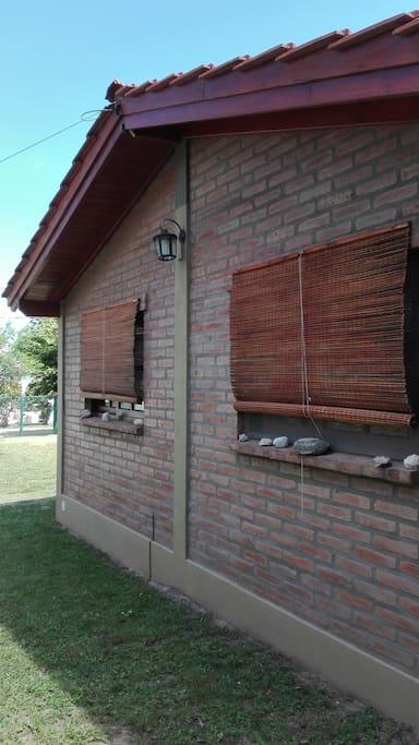 Ventanas laterales con vista a la piscina