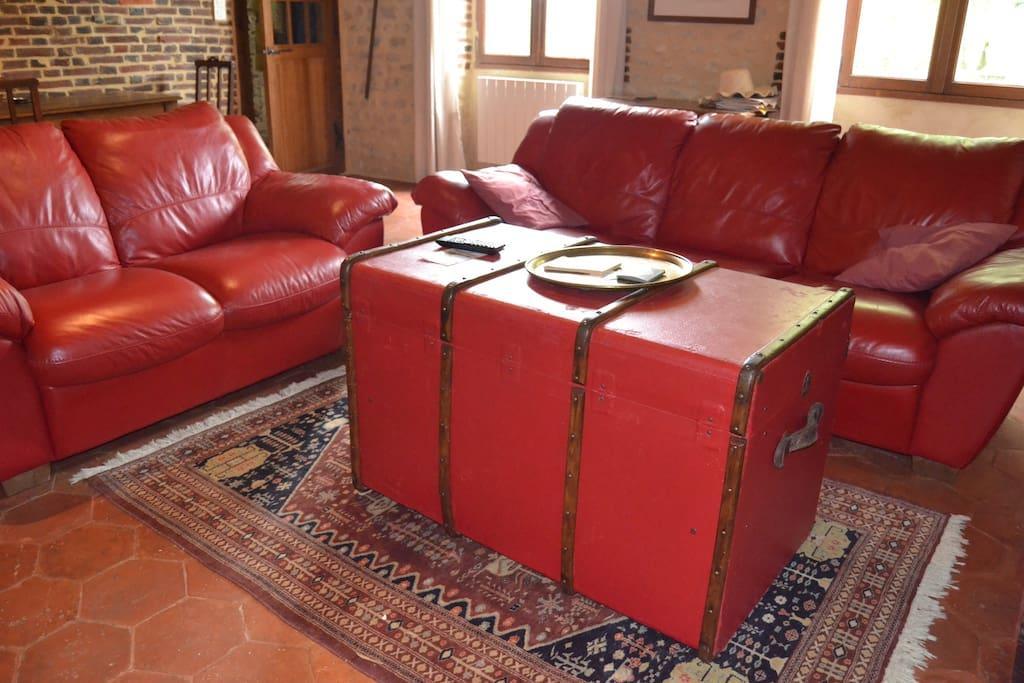 la salle à vivre : pierres, chaux, cuir, tomettes, bois, lin, que du naturel