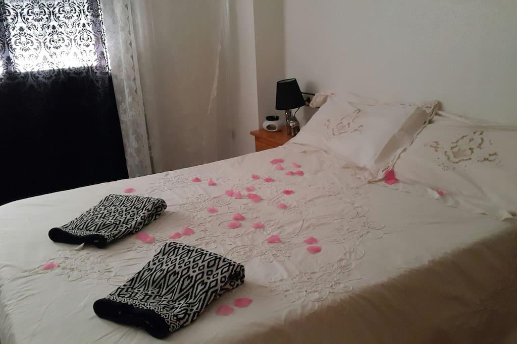 dormitorio principal con cama matrimonial...