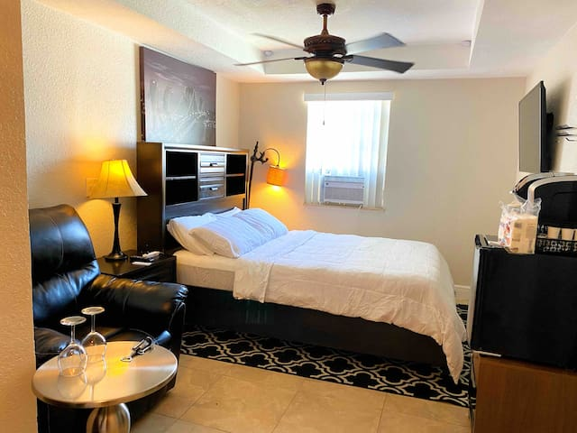 Perfect,Relaxing queen bed suite/Pool/free parking