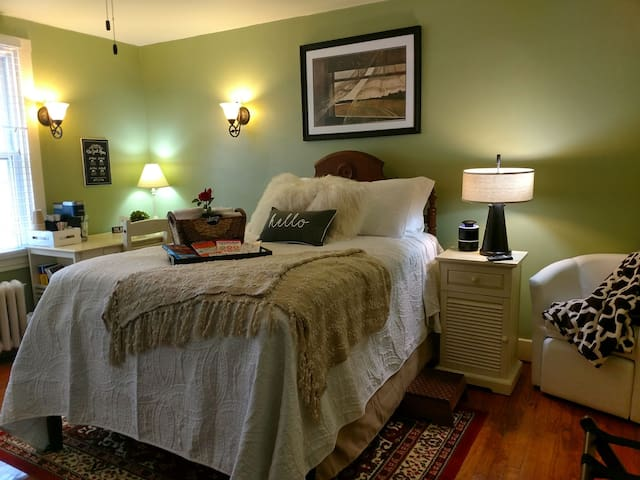 Upscale boutique guestroom 6 ms from dwntwn Pgh PA