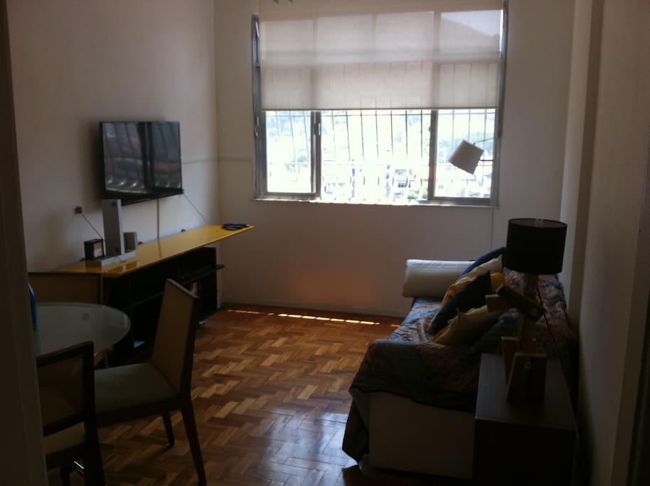 Na sala um sofá cama, televisão, DVD, blu-ray, internet wireless, mesa com cadeiras para quatro pessoas.