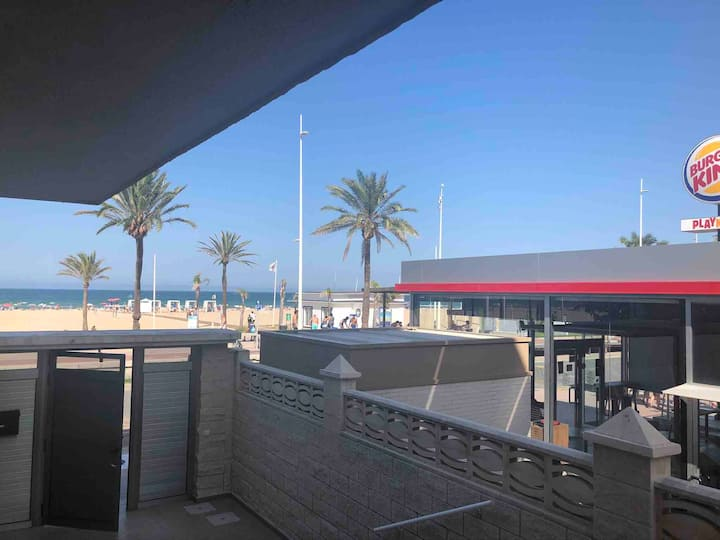 Apartamento en primera línea lateral  de playa