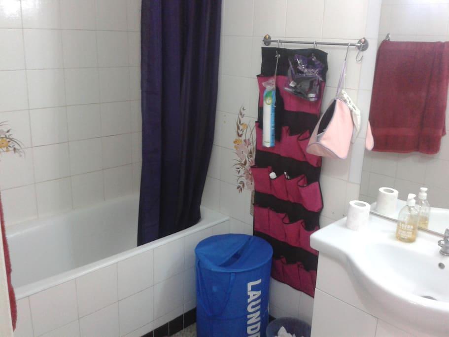 salle de bain avec baignoire!