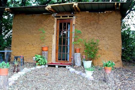 Earthen Cottage on Small Ecovillage - Kennedale - Casa nella roccia