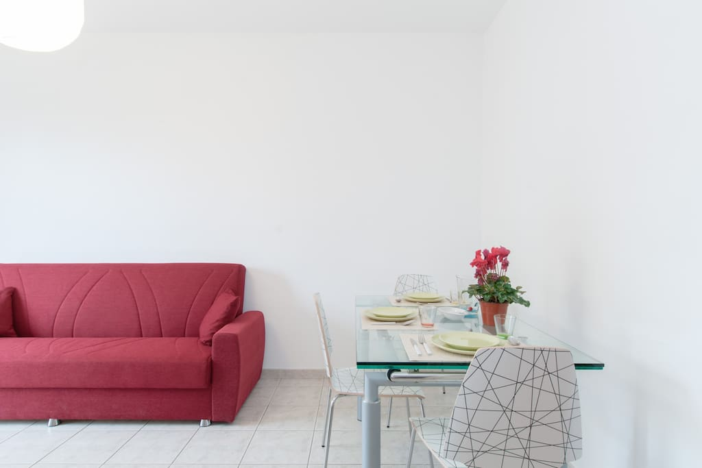Salotto con tavolo e sedie design / Living room with designer table and chairs
