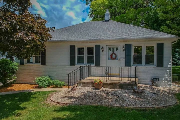 Charming Home For Any Guest Near ISU/Uptown Normal