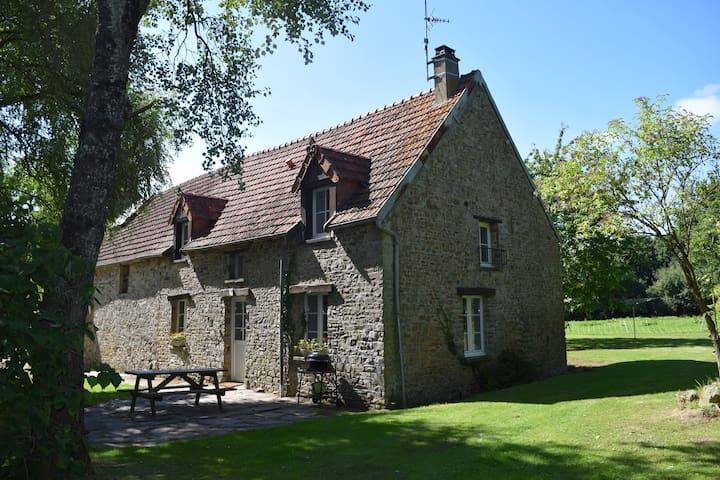 Cottage on a farm,10 mins to beach! - Saint-Nicolas-de-Pierrepont - House