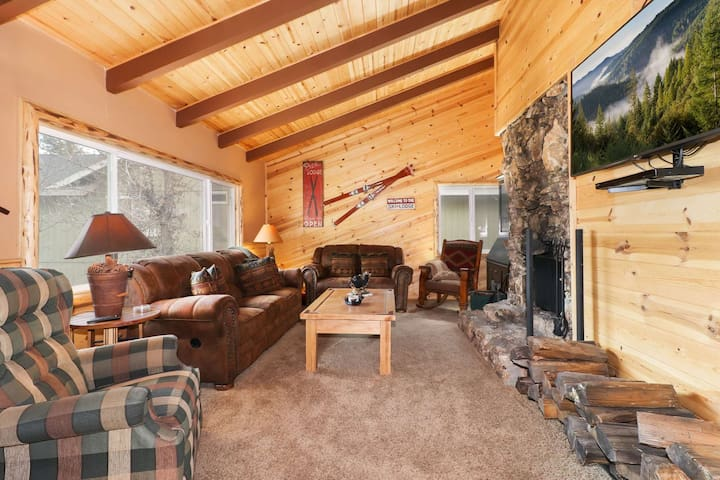 Howe Lucky Cabin: Close to the Lake! WiFi! BBQ!