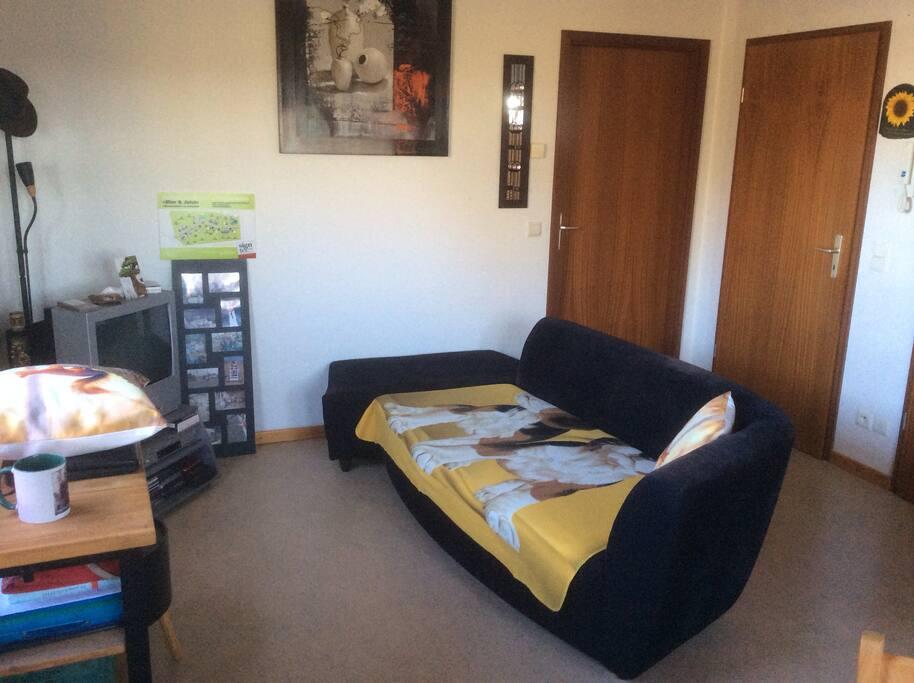 Das Wohnzimmer. Während einem Airbnb-Aufenthalt schlafe ich selber auf dieser Couch.