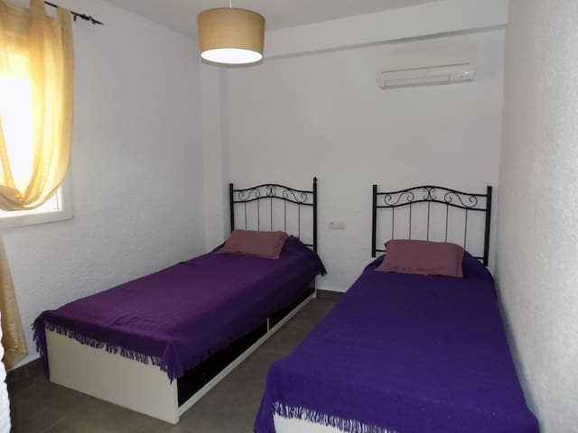 Habitación con dos camas de 90 cm. y aire acondicionado