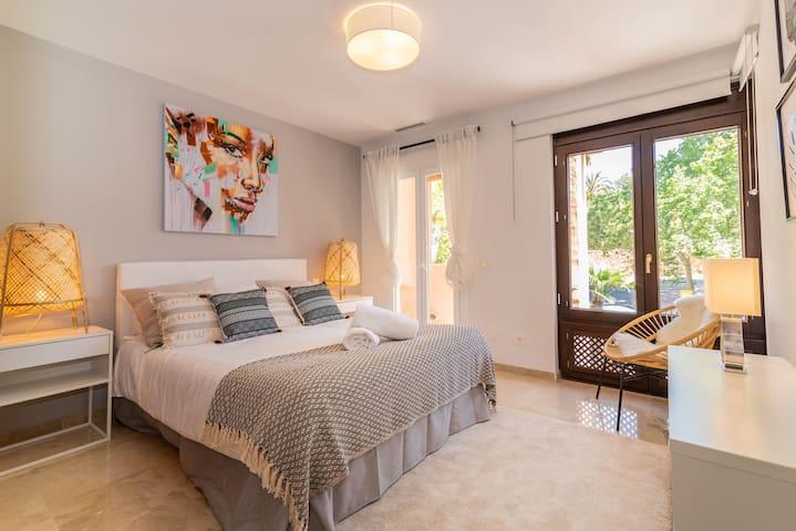Queen-size bed (150 x 200 cm), balcony.