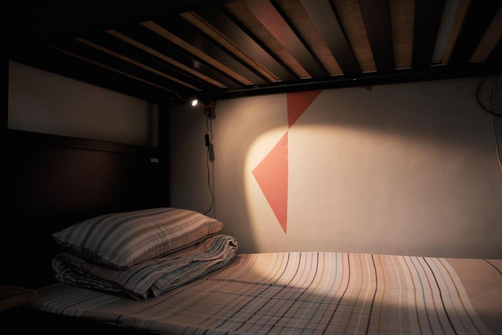 每個床都有小小溫暖的燈
