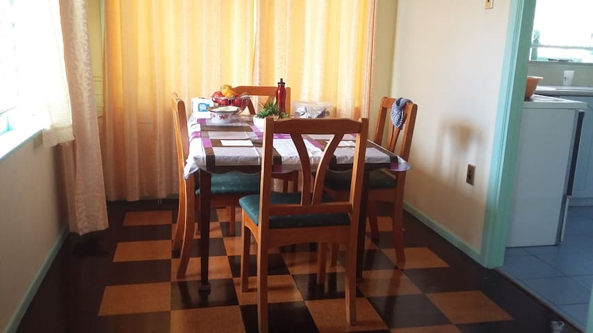 king bed room, very close to parks motorways schoo - Auckland - Huis