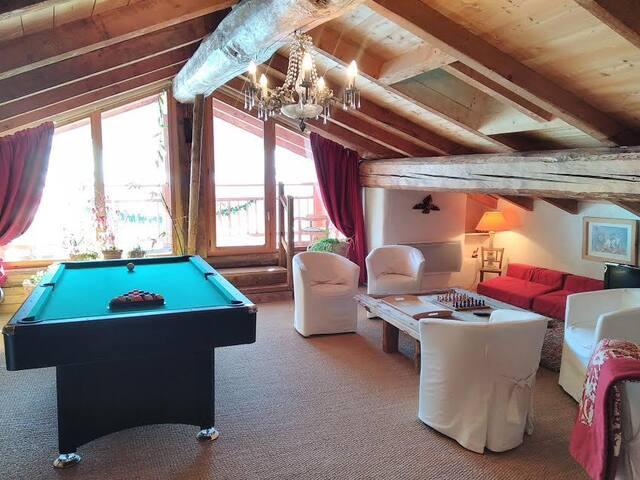 le salon détente jeux, billard ,tv .                        avec balcon plein sud