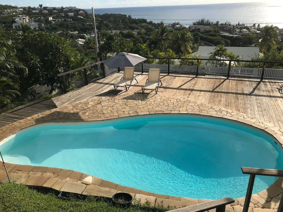 la piscine située juste devant