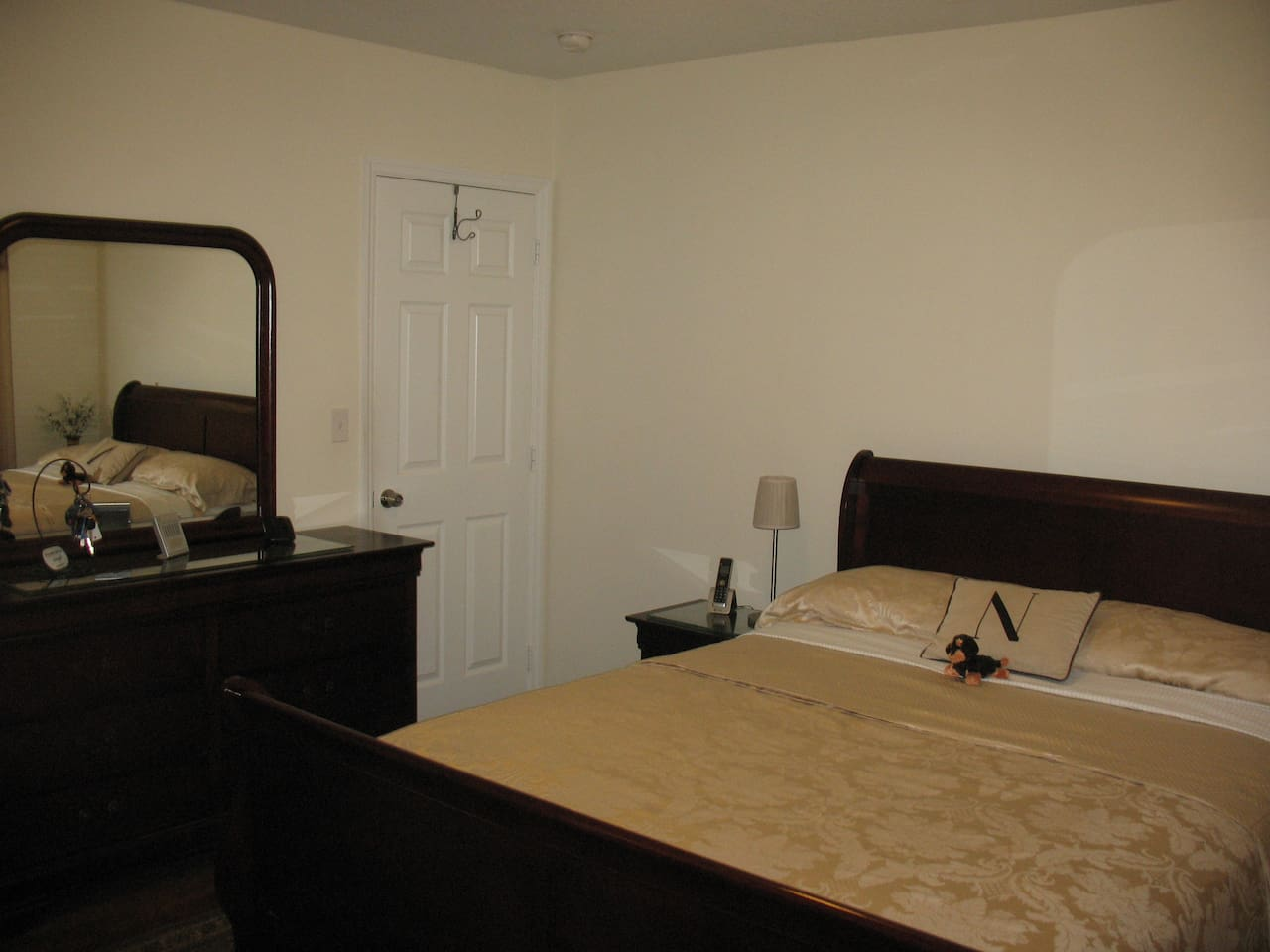Large room,with new Queen size comfy mattress !