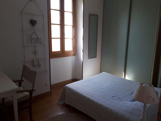 Jolie chambre double dans maison, 8kms d'Avignon.