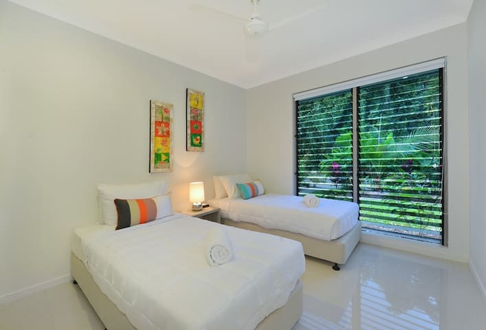 Bedroom 4. Can be set up as two single beds or one king size bed.