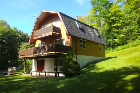 9 Miles to Killington, Sleeps 8,  Sunny 5 bedroom - Pittsfield