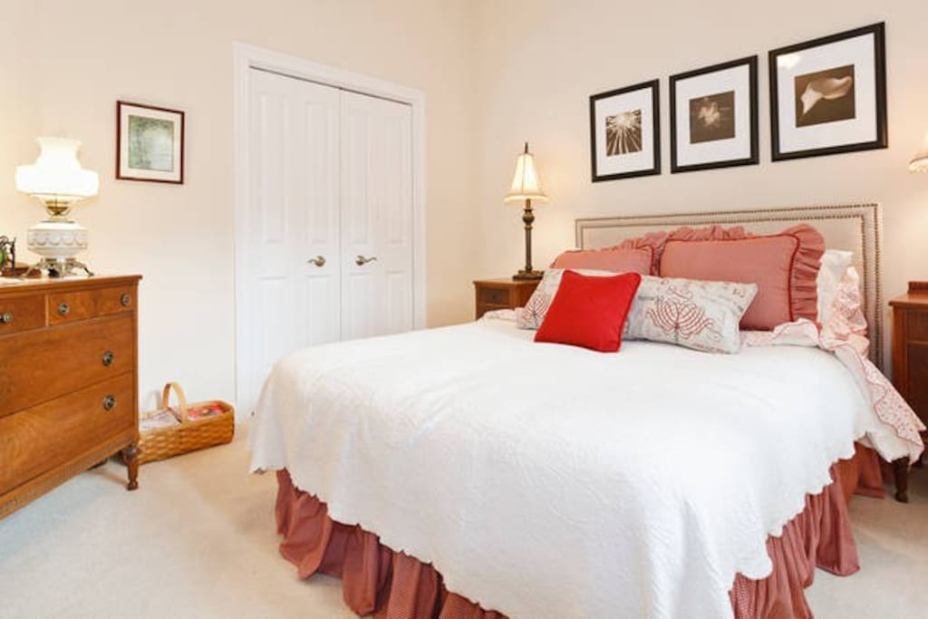 Luxurious bedroom #1 with queen bed for your stay