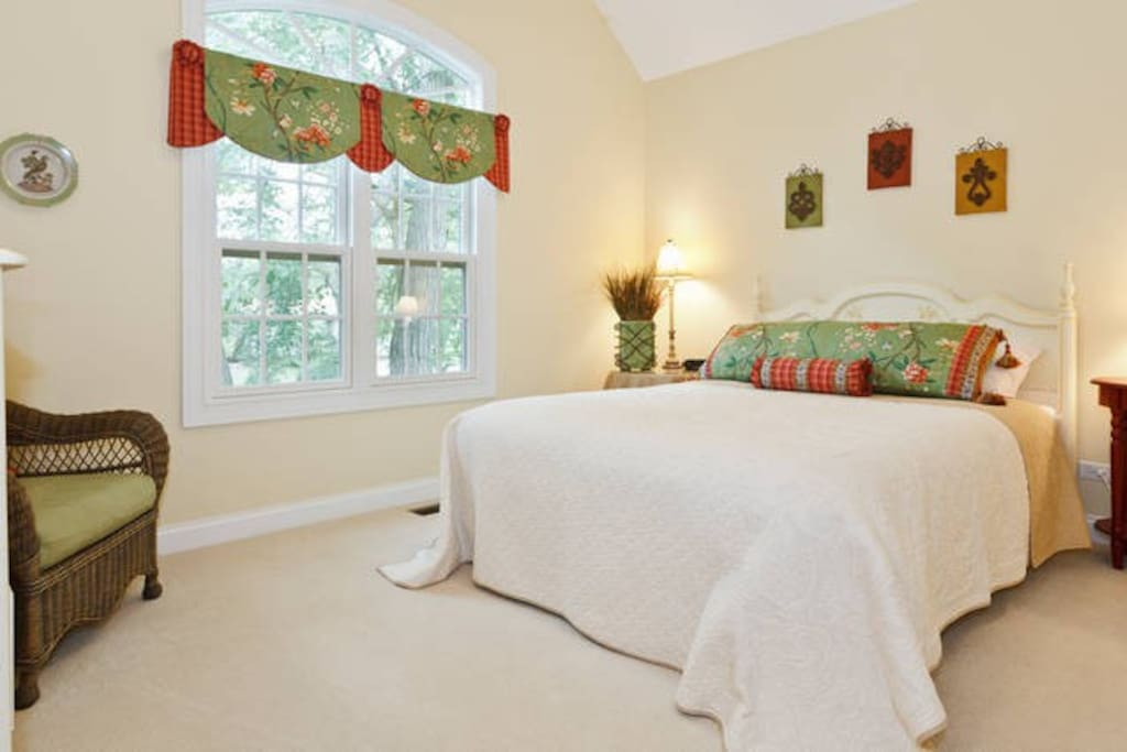 Luxurious bedroom #2 with queen bed for your stay
