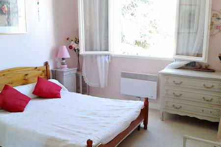 Chambre chez l'habitant dans joli village ancien - Gensac - 民宿