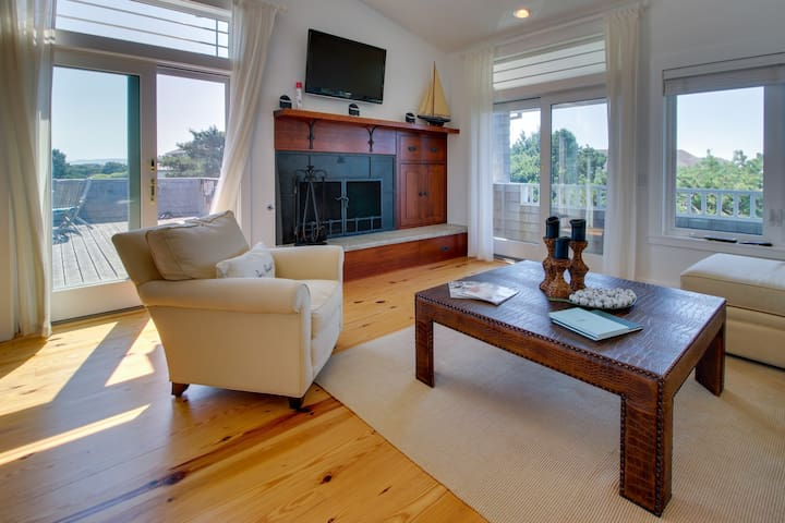 Relaxing seaside condo with a hot tub and plenty of room for everyone!