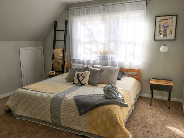 Comfortable room with king bed & ensuite bathroom