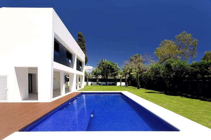 Modern villa. Walk to Puerto Banus