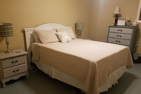 The Peach Perch: private bed/bath in basement
