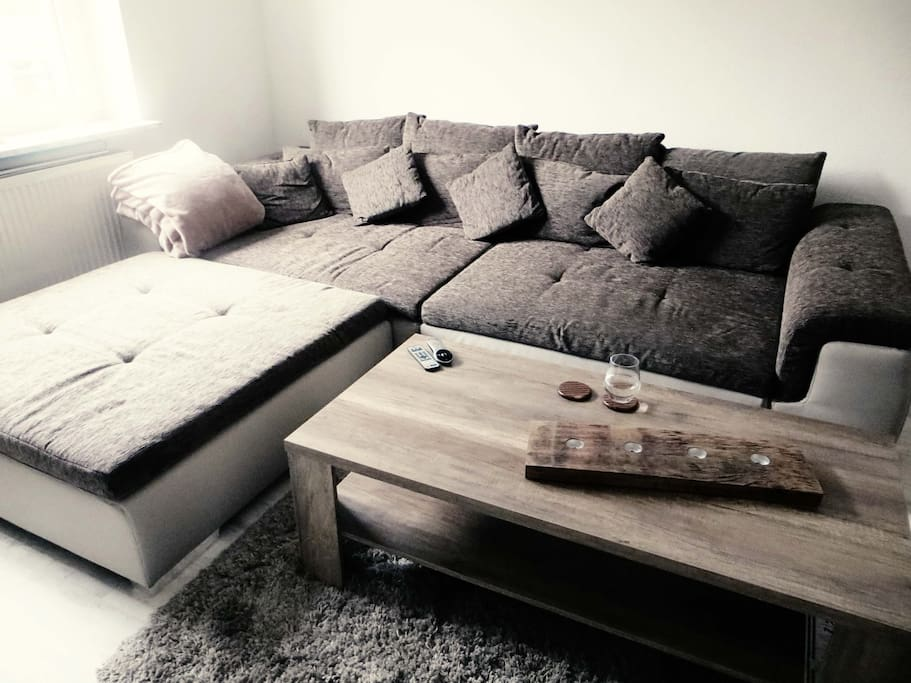 Riesige Couch Liegefläche: ca. 241 / 122 cm (ohne Hocker)