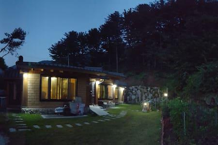 넓은 마당과 천연 황토로 지은 따듯한 구들방이 있는 웰빙 한옥 (소나무방) - Seojong-myeon, Yangpyeong - บ้าน