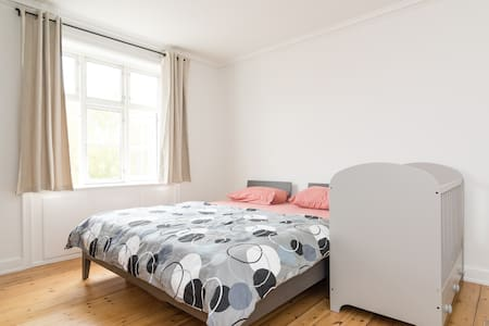 I'm offering sharing a bedroom in a newly renovated apartment. - 20 m2 room. - 300 meter away from Metro/Train station (vanløse). - 15 minutes from central station. - 15 meter away from bus stop (5 different buses). - 180*220 comfortable bed.