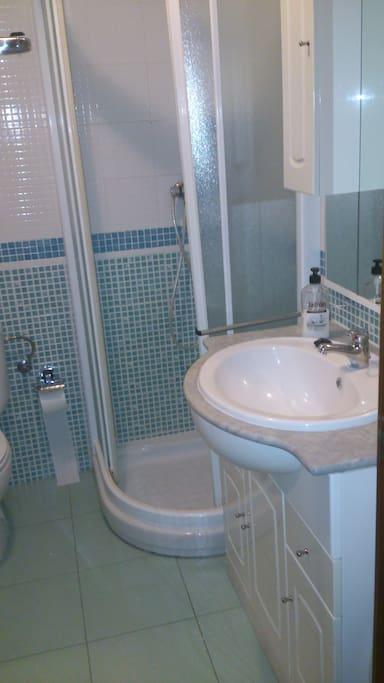 Baño completo, de uso común.