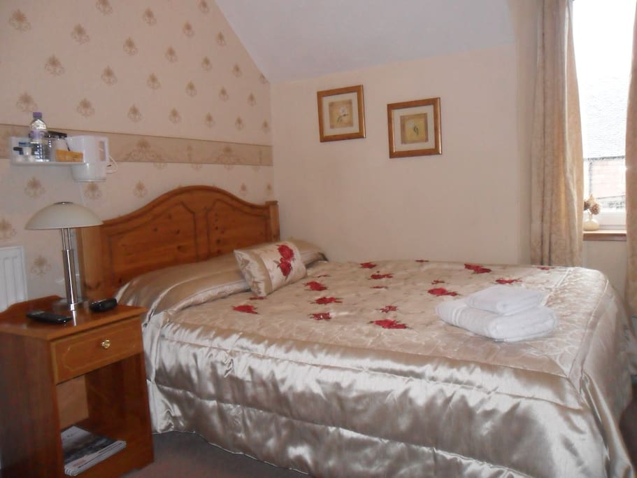 Single room with double bed and private bathroom