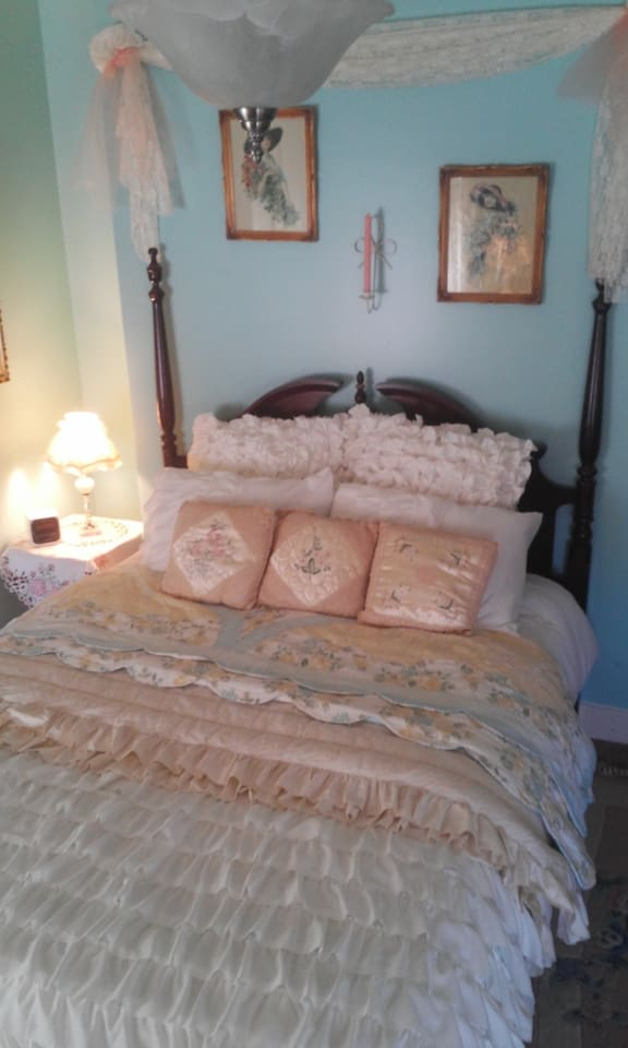 Beautiful queen bed. Antiques in room. Bath off this room.