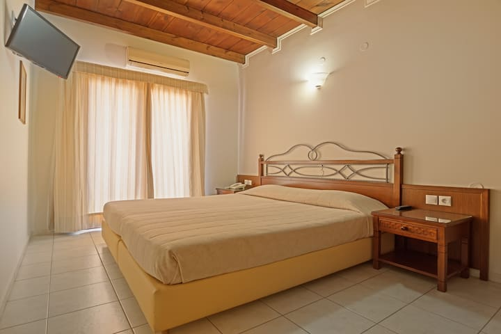 BRIGHT AND SPACIOUS SUITE 100M FROM THE BEACH - AMMOUDARA - Bed & Breakfast