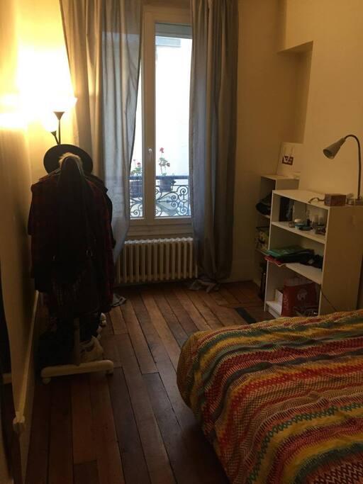 Ma chambre (vu de la porte d'entrée)