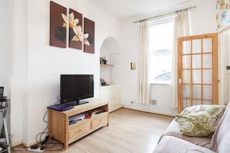 Warm bedroom in cute terrace - Talo
