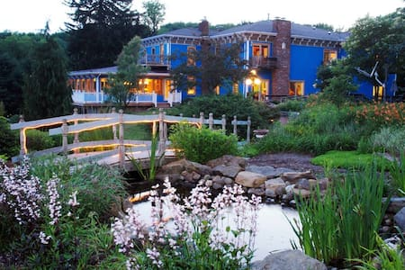 Inn overlooking scenic Atwood Lake - Bed & Breakfast