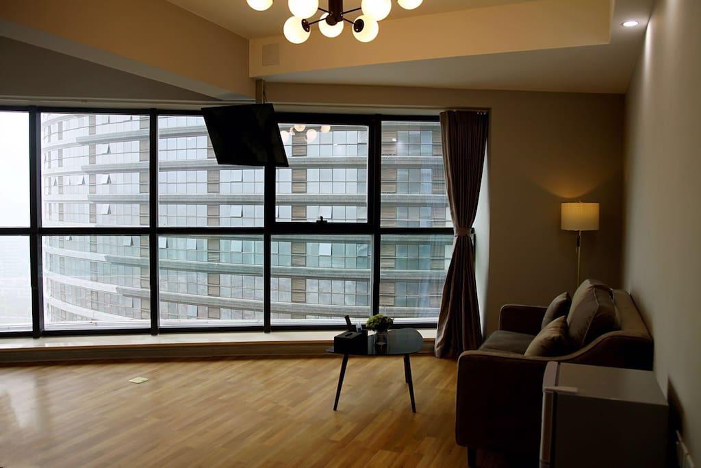 客厅实景图,独创壁挂式旋转电视,北欧风沙发,非常舒适
